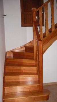 Escalier en pin, 1 quart tournant avec contremarches, balustre champ tourné et 1ère marche en socle